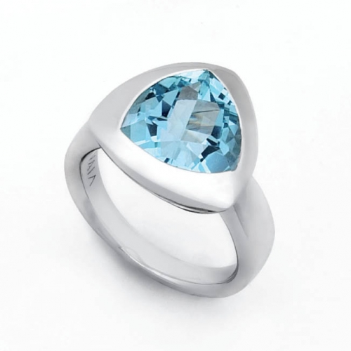 Design Ring mit 12x12 mm facettierten Blautopas